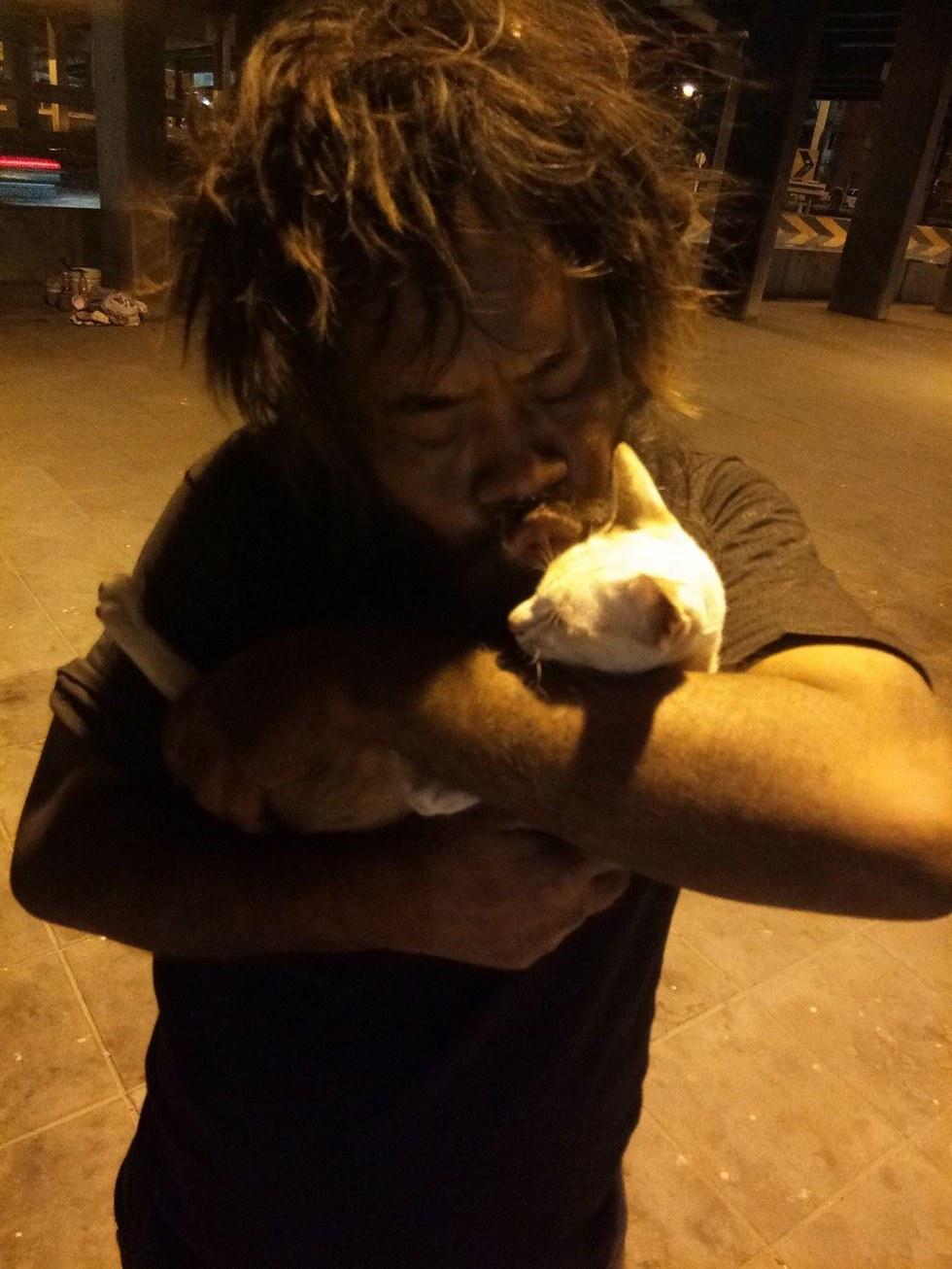 Loong y uno de sus gatos
