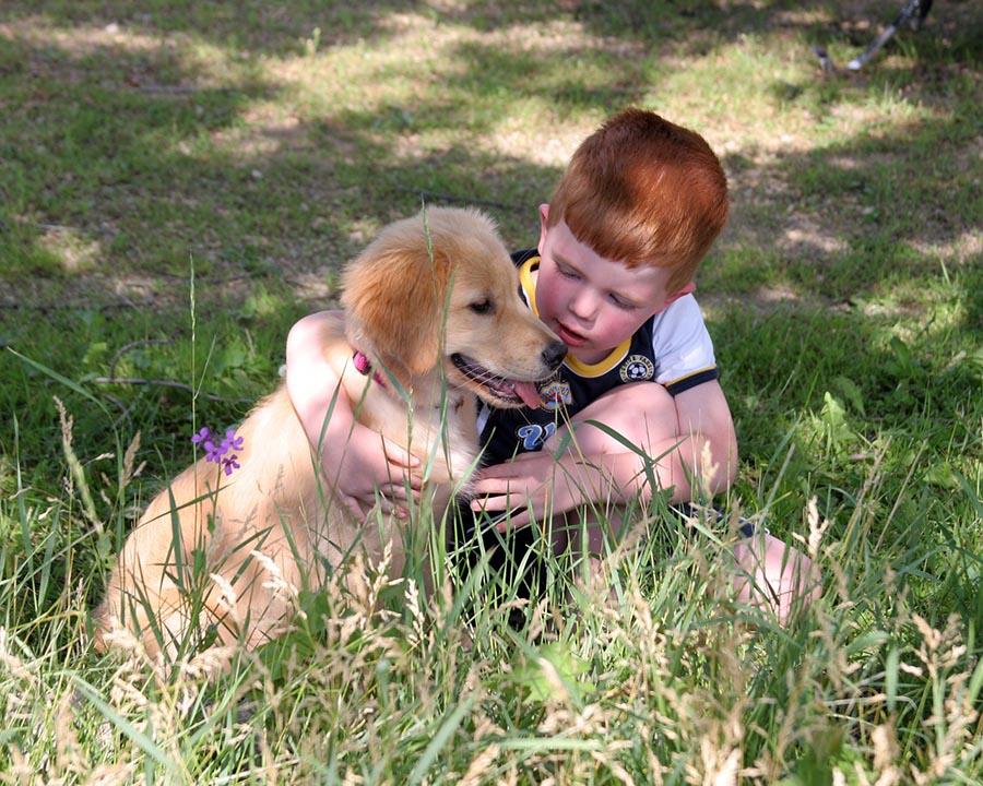 Niño y cachorro