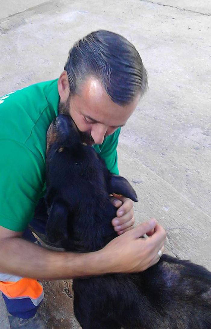 Oscar abraza a Candela