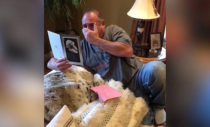 Padre con el corazón roto tras perder a sus perros es sorprendido con un nuevo cachorro