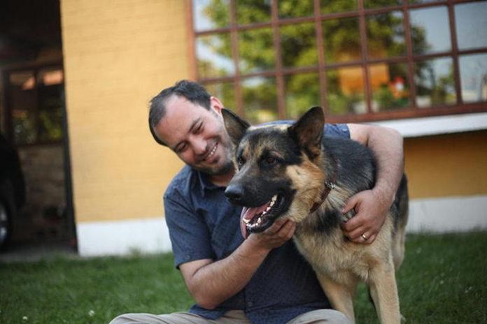 Perro vuelve a casa después de cinco años desaparecido