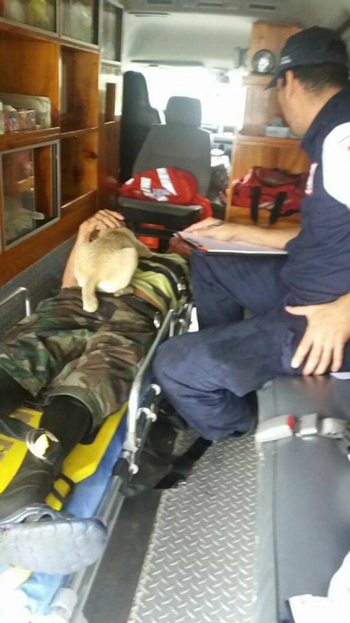 Chiquita con Jorge en la ambulancia