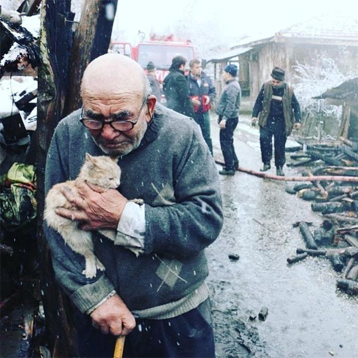 Abuelo abraza a su gatito