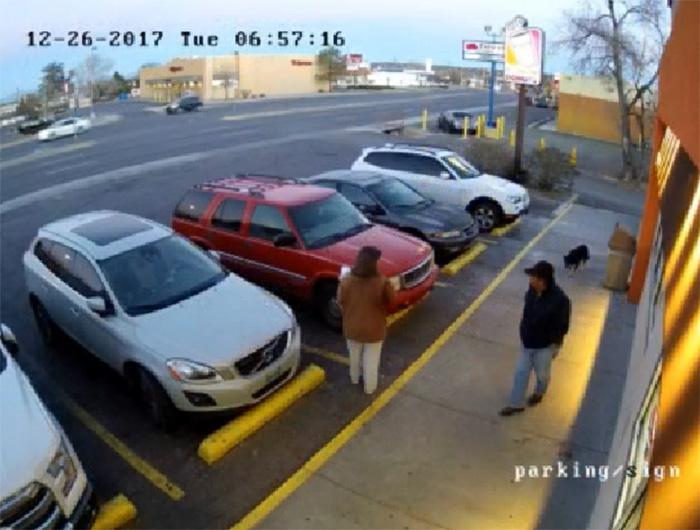 Hombre deja a perro en estacionamiento
