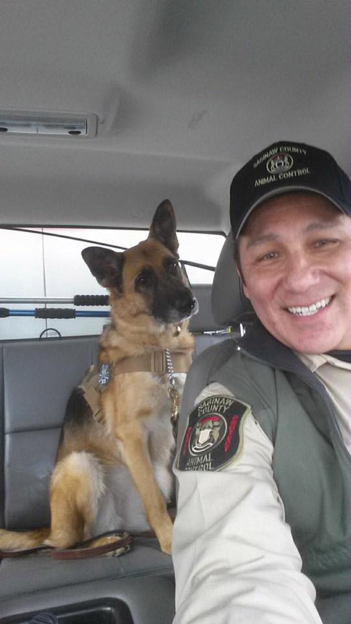 Oficial y perro pastor alemán