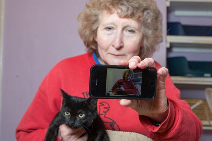 Selfie con gato negro
