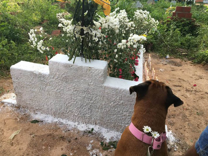 Belinha en la tumba de Maria