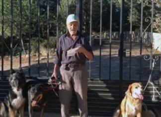Abuelo enfermo se asegura de no dejar a sus perros solos