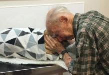 Hombre de 95 años con el corazón roto al perder a su mejor amigo