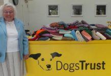 Abuelita de 89 años teje mantas y abrigos para perros del refugio
