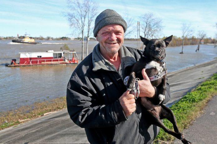Hombre pasa sus últimos días navegando en compañía de su perro