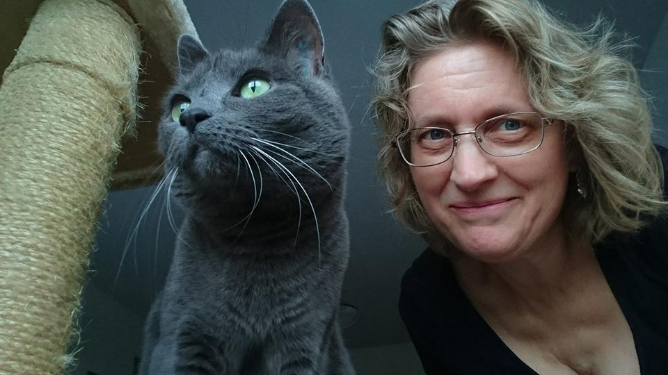 Mujer y su gato
