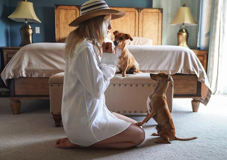 Mujer y sus perros