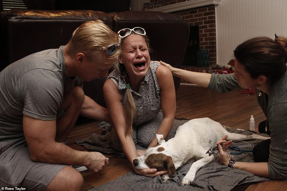 Olesya Lykovi llora la muerte de su perro
