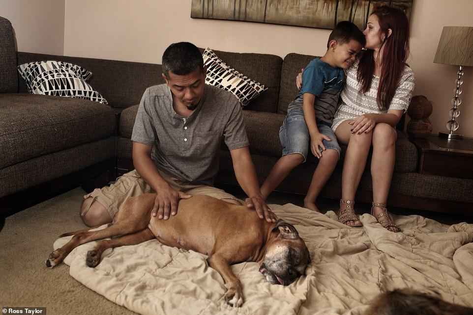 Vanessa Gangadyal consuela a su hijo