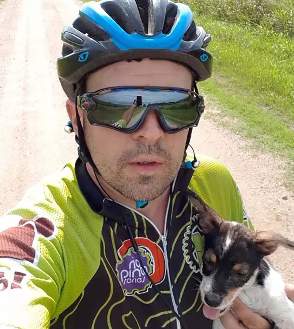 Ciclista y perrita abandonada