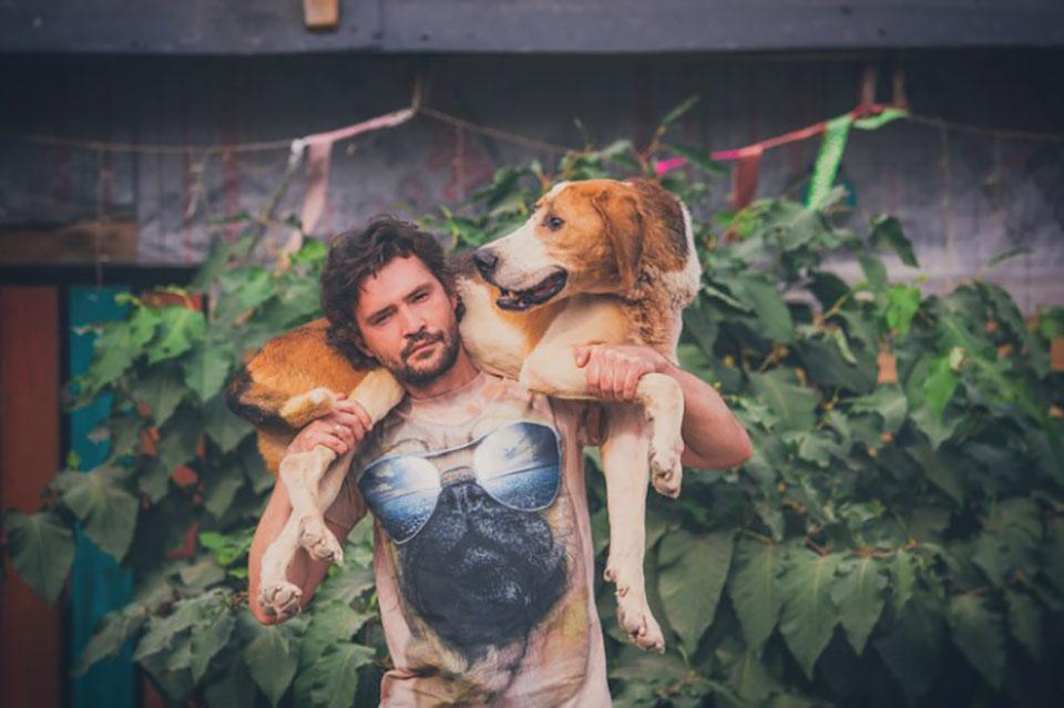 Hombre carga a perro