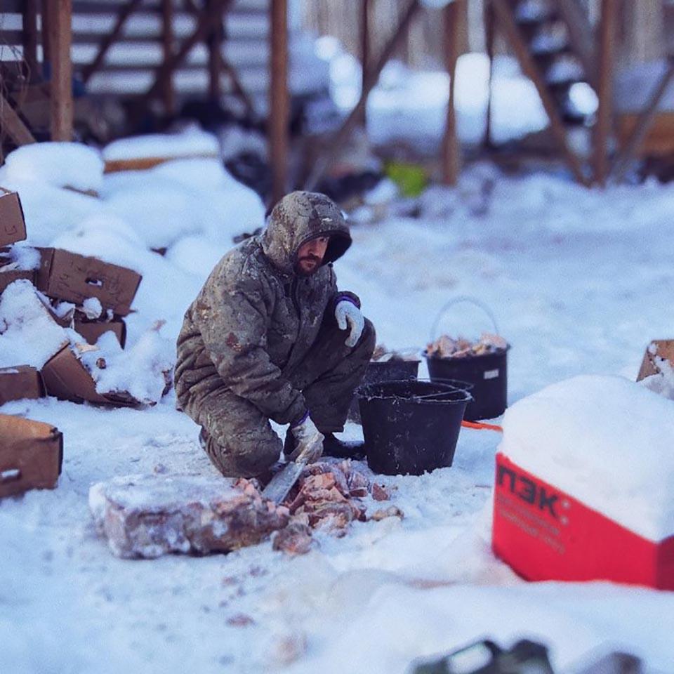 Hombre prepara alimentos para sus animales