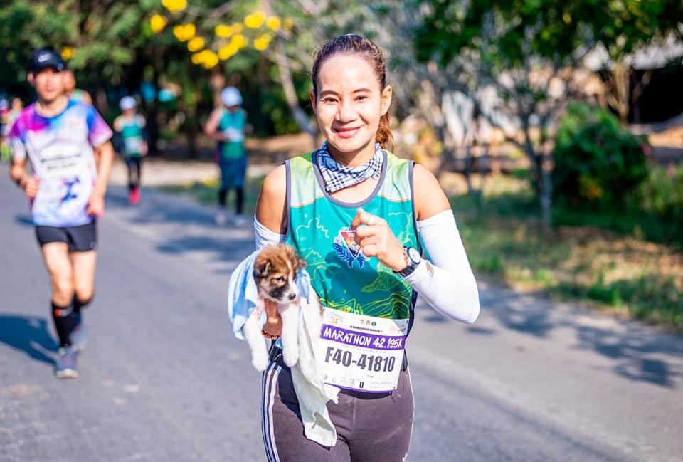 Khemjira corre con Nong Chom