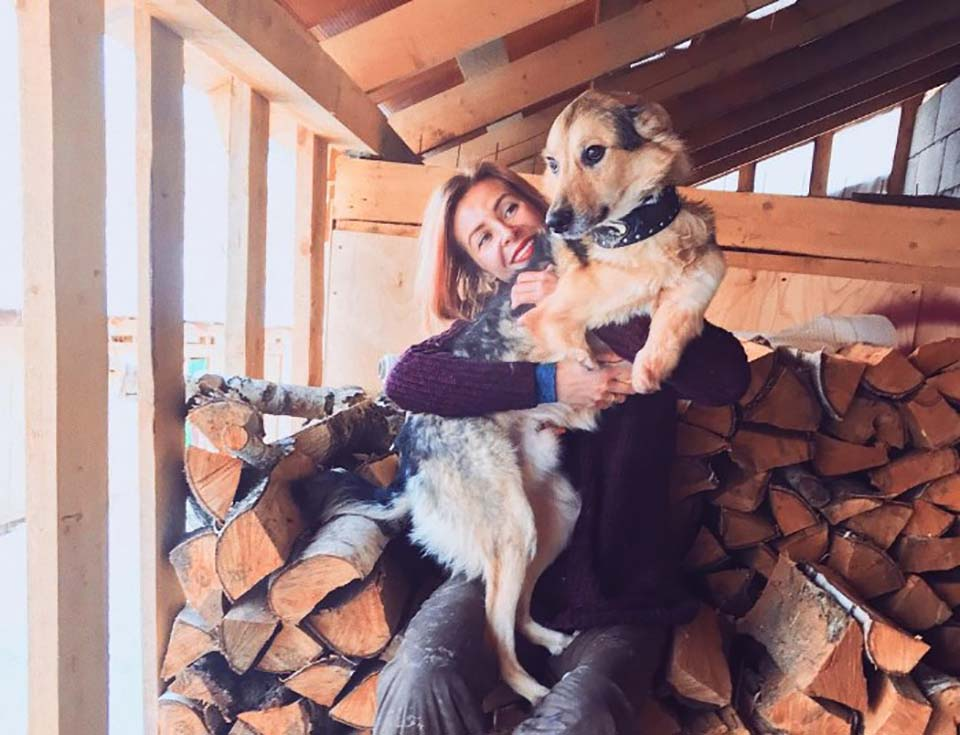 Mujer carga a perro