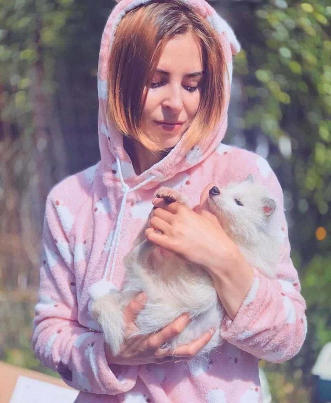 Mujer con abrigo cuida animal