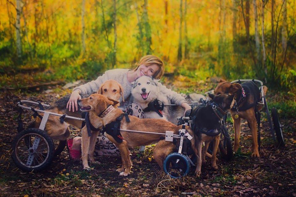 Mujer fotografa abraza a sus animales