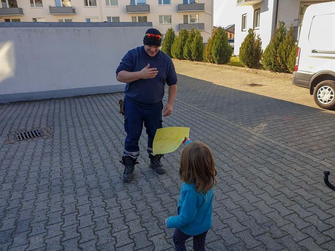 Niña y bombero