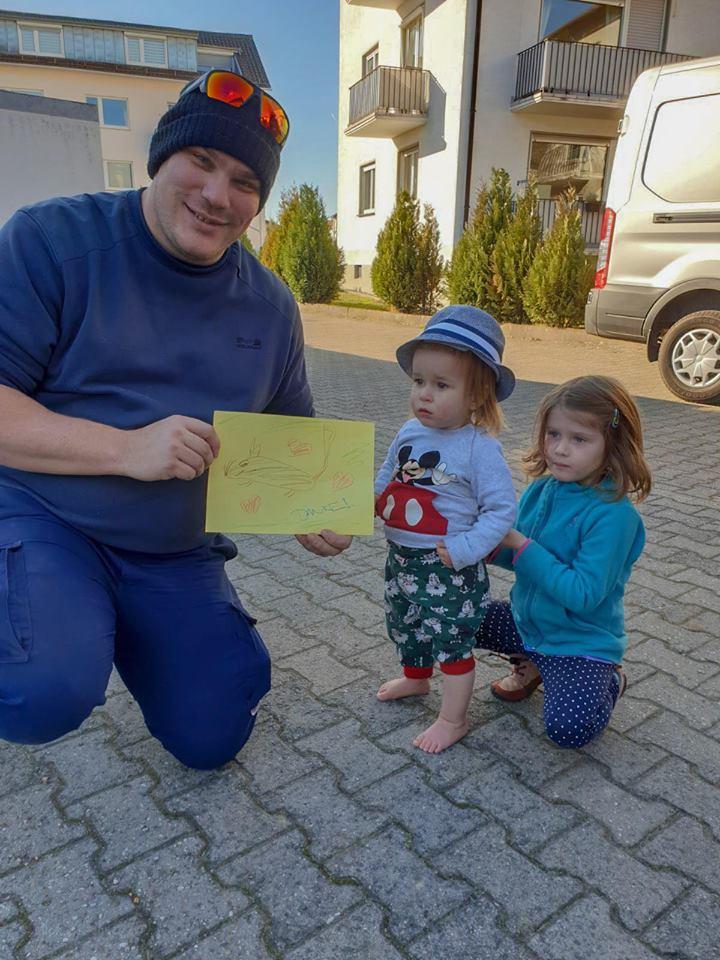 Niños agradecen con dibujo