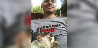 Chico se despierta con una gatito dormido encima de él