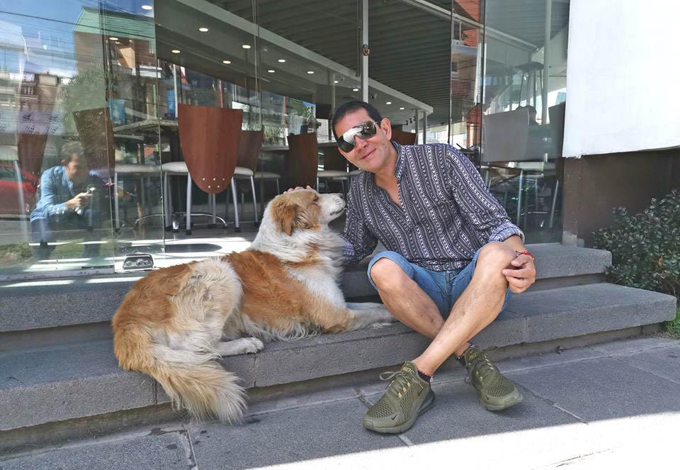 Choco perro que le cambio la vida a hombre que alimenta animales en la calle