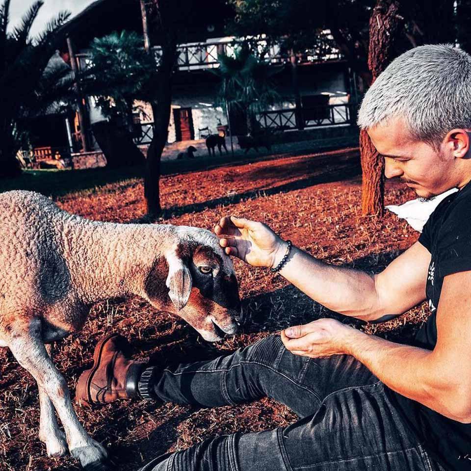 Chico dejo su trabajo para vivir en Africa y cuidar animales