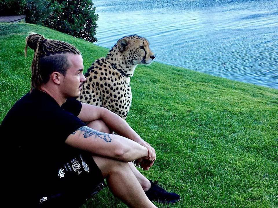 Hombre y leopardo sentados