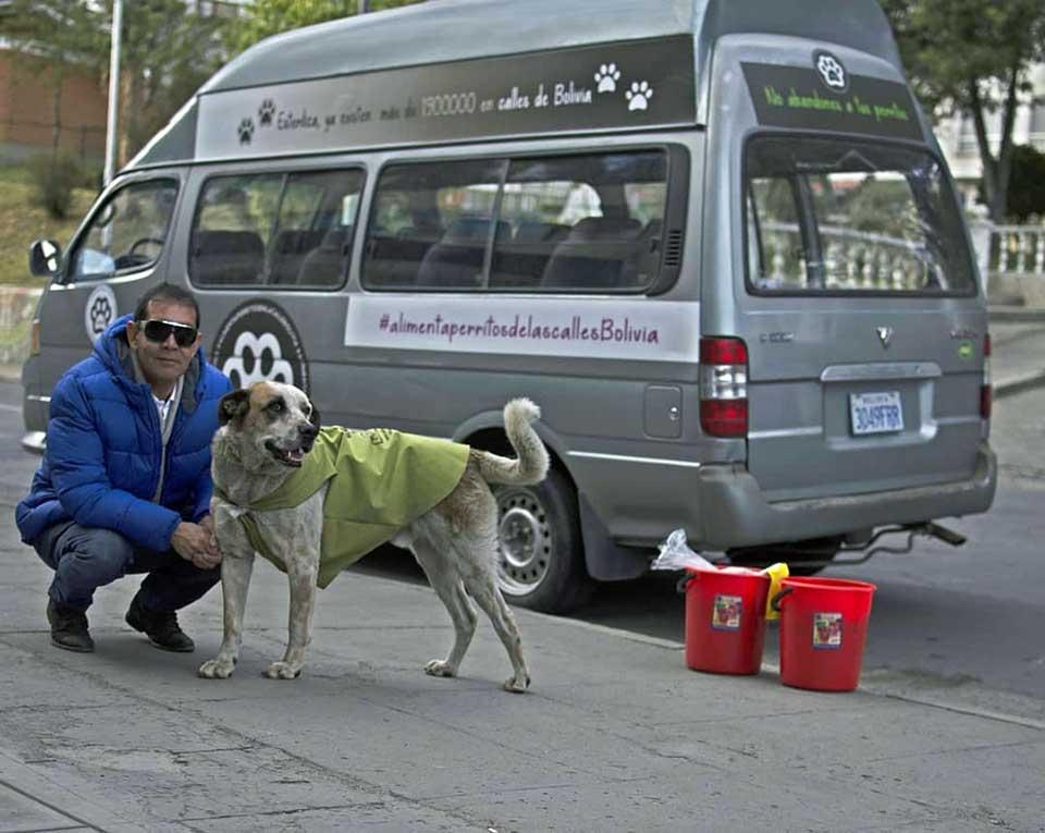 Minibus donde hombre se transporta para alimentar a perros sin hogar