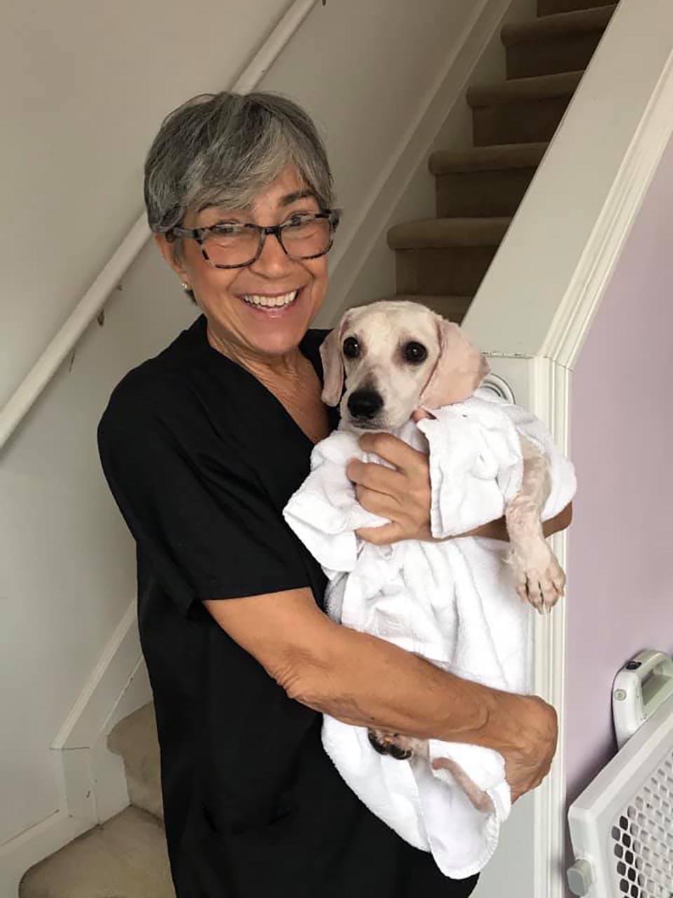 señora sostiene perrito rescatado