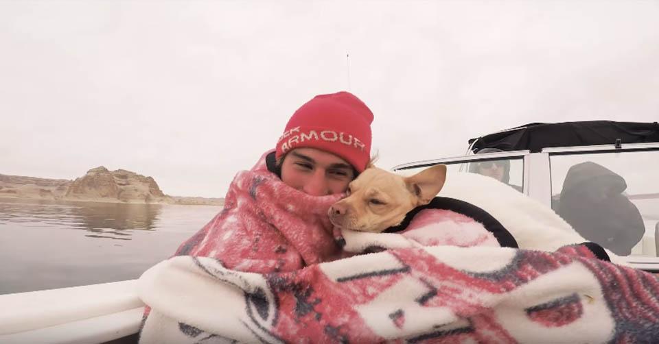 Hombre y perrito rescatado en desierto son inseparables