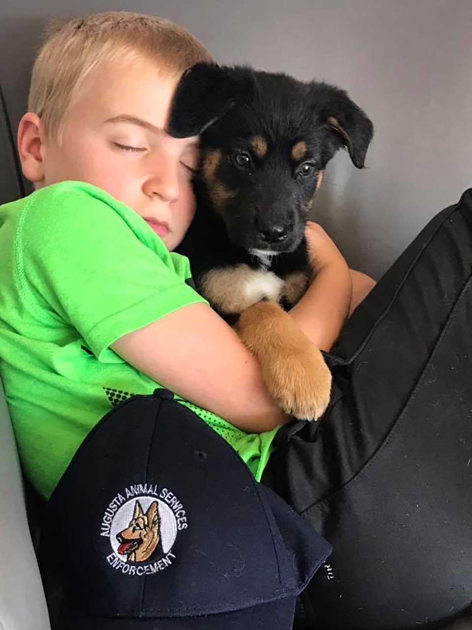 Niño duerme con lindo perrito