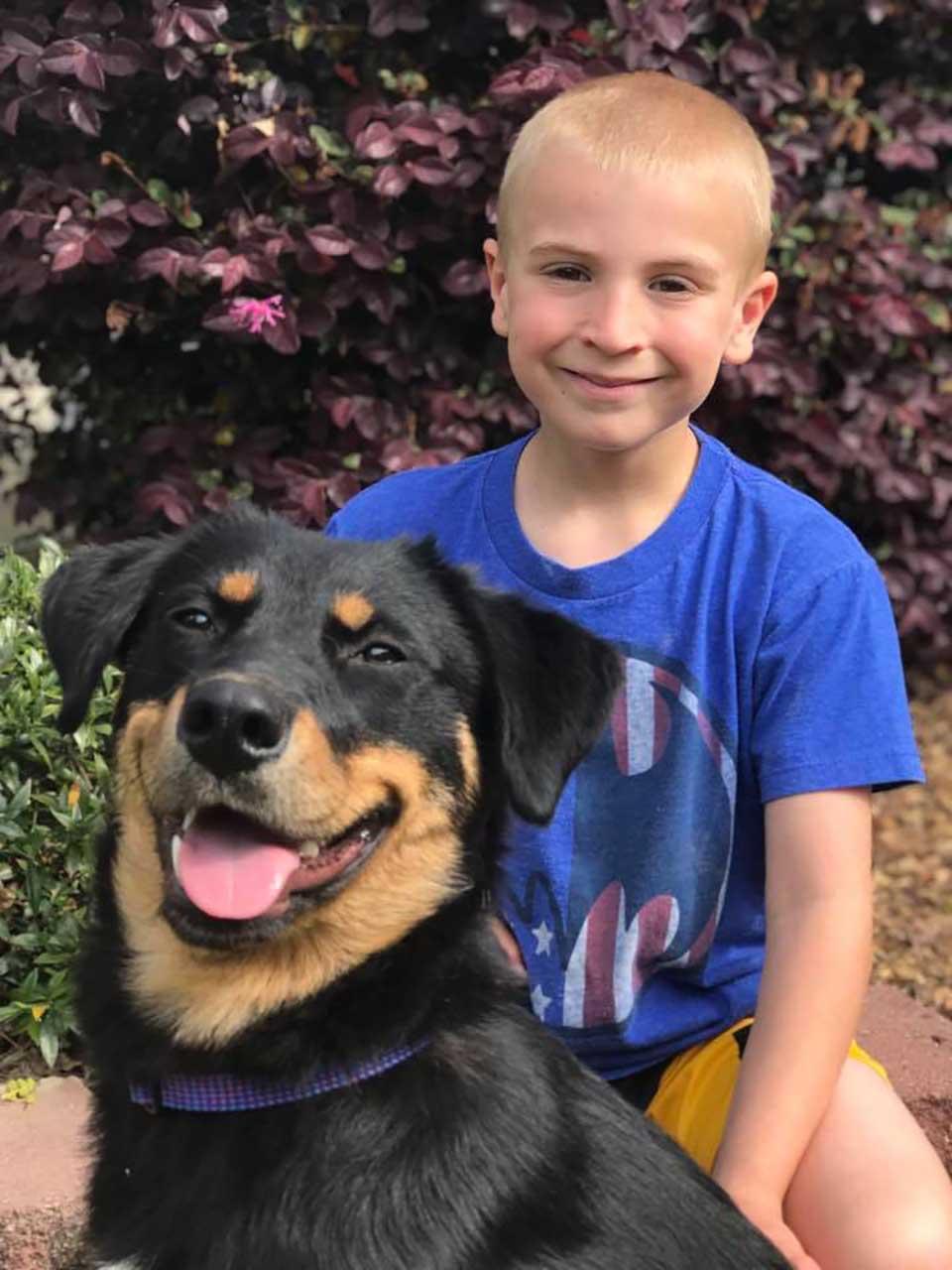 Niño y perro sonríen