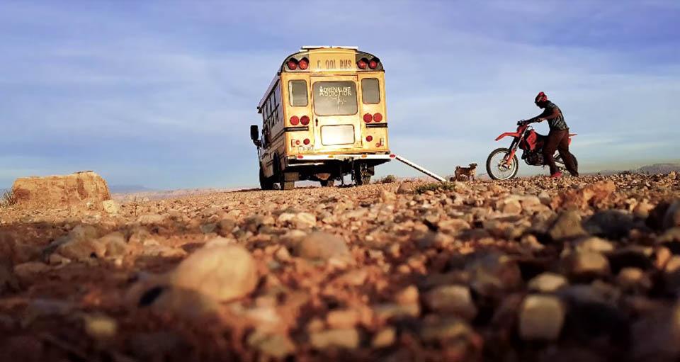 Perrito fue encontrado en desierto por un hombre aventurero