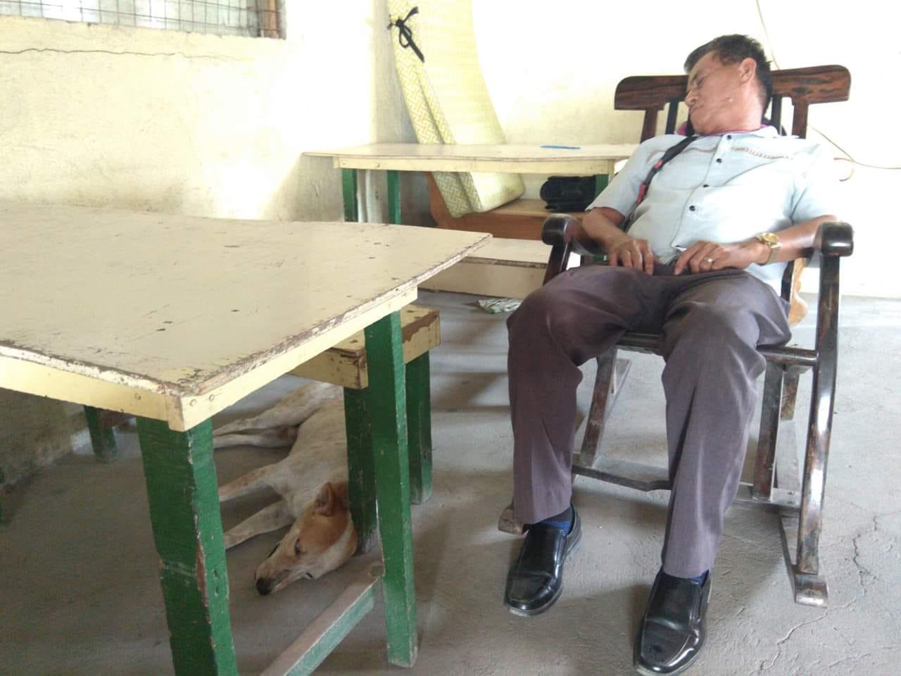 Buboy al lado del profesor