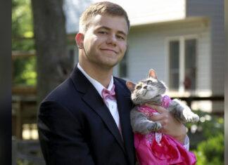 Chico no encontro una cita para el baile de su escuela llevo a su gatita