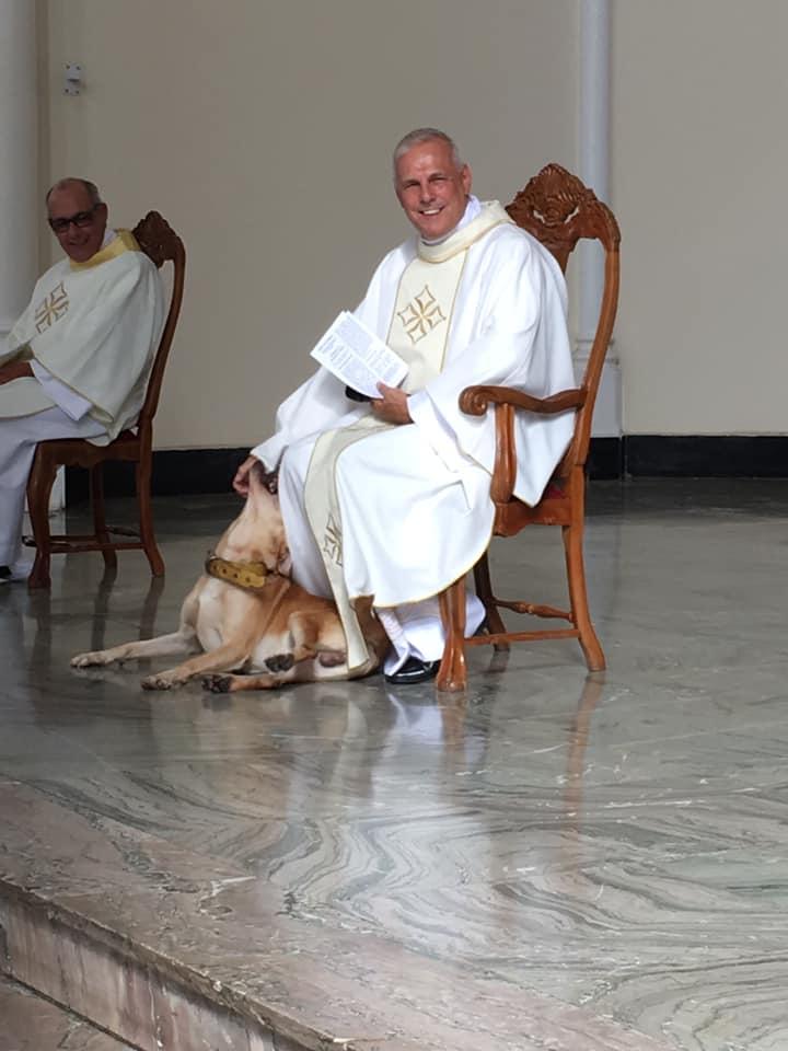 Sacerdote y perro