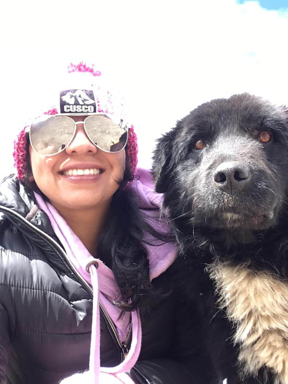 Mujer con perrito amigable