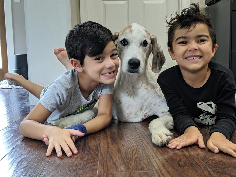 Niños y perrito con cáncer