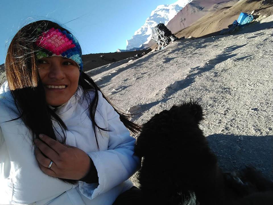 Turista y perro amigable