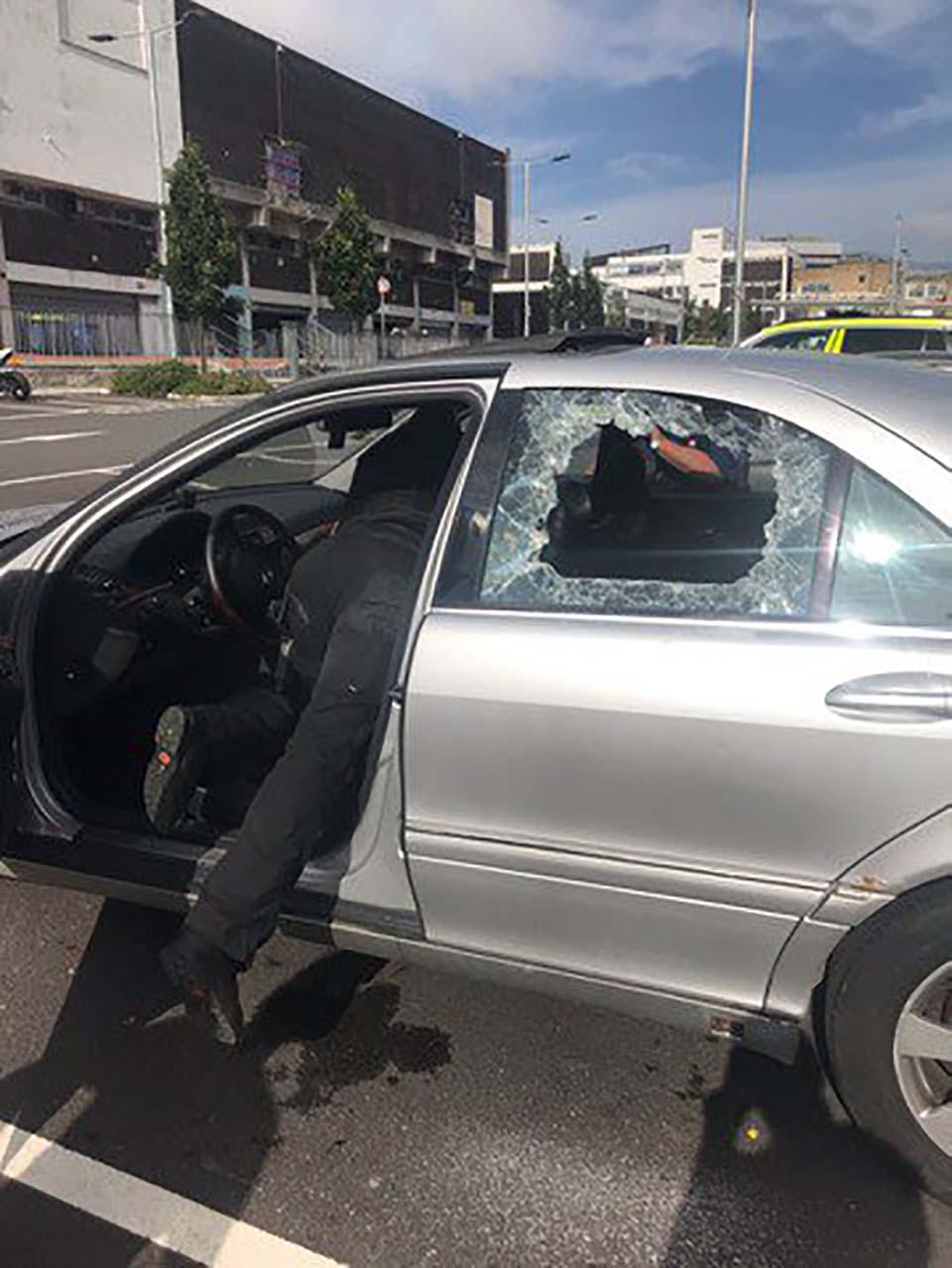 Policía rescata a perro en auto