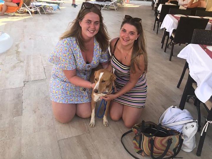 Lucy, su amiga y Karamel