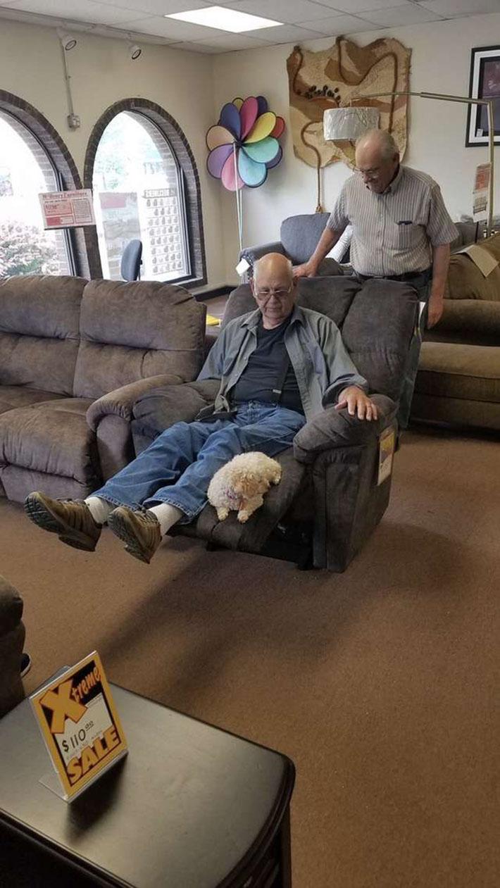Abuelo y perro en la tienda