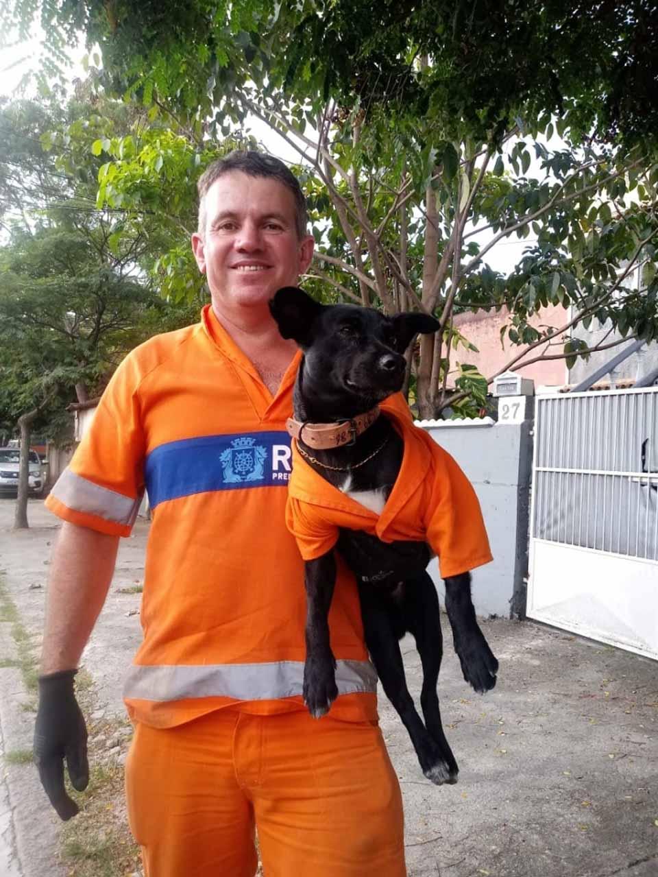Hombre carga a su perrito