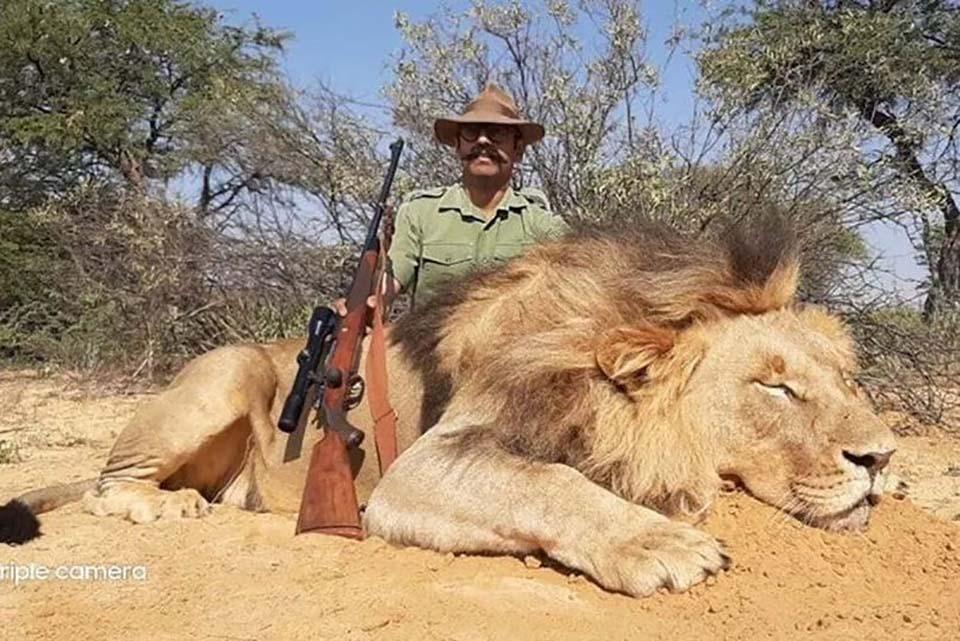 Hombre caza a león