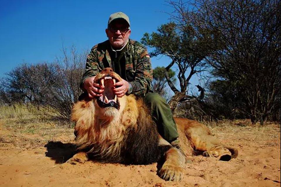 Hombre con león